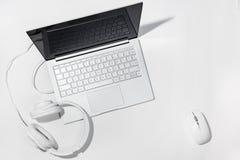 Laptop, Biali hełmofony i bezprzewodowa mysz na białym tle, Mieszkanie kłaść z kopii przestrzenią zdjęcie stock