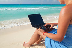 Laptop bij het Caraïbische overzees Royalty-vrije Stock Foto