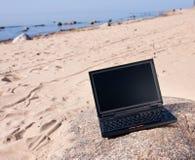 Laptop bij strand Royalty-vrije Stock Foto's