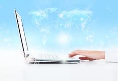 Laptop biznesowej kobiety ręki dotyka ochraniacz Zdjęcie Royalty Free