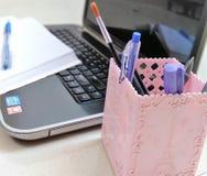 Laptop, blocnote en bureauopslagcontainer stock foto's
