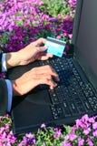 Laptop bloemen en creditcard Royalty-vrije Stock Foto