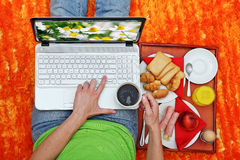 Laptop and breakfast Royalty Free Stock Photos