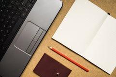 Laptop, Buch, Bleistift und Notizbuch auf Holztisch Stockfotos