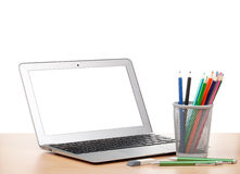 Laptop, bunte Bleistifte und Radiergummi Stockfotografie