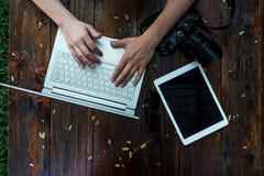 Laptop, camera op houten achtergrond Vlak leg van werkende plaats van freelancer of individuele ondernemer royalty-vrije stock foto's