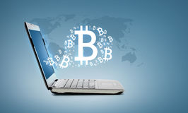 Laptop com bitcoin Fotos de Stock Royalty Free
