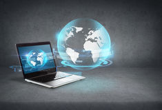 Laptop com holograma do globo na tela Foto de Stock Royalty Free