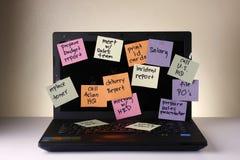 Laptop com mensagens em papéis, no telefone celular, no smartphone, no caderno, na pena, no lápis e em monóculos coloridos Fotos de Stock Royalty Free