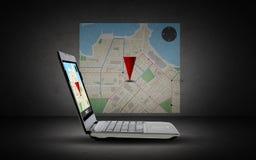 Laptop com o mapa do navegador dos gps na tela Fotografia de Stock Royalty Free
