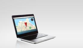 Laptop com o mapa do navegador dos gps na tela Fotografia de Stock
