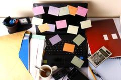 Laptop com papéis, o telefone celular, o smartphone, o caderno, a pena, o lápis e os monóculos coloridos Fotos de Stock