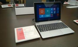 Laptop-Computer auf Anzeige Stockfotografie