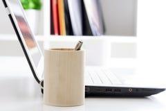 Laptop-Computer auf Schreibtisch Stockfotos