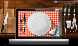 Laptop-Computer in der Küche lizenzfreie abbildung