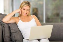 Laptop-Computer der schwangeren Frau Lizenzfreies Stockfoto