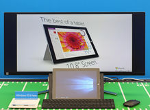Laptop computer en het grote scherm met vensters 10 Royalty-vrije Stock Fotografie