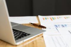 Laptop computer en marktanalyse bedrijfsgrafiek Stock Foto's