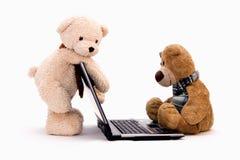 LAPTOP COMPUTER en TEDDYBEER Stock Afbeelding