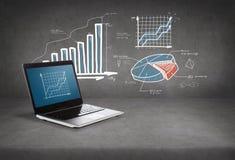 Laptop computer met grafiek op het scherm Stock Afbeelding