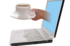 Laptop computer met hand die een kop van koffie geeft Royalty-vrije Stock Afbeelding