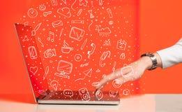 Laptop computer met hand getrokken pictogrammen en symbolen Royalty-vrije Stock Afbeelding