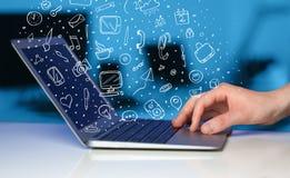Laptop computer met hand getrokken pictogrammen en symbolen Royalty-vrije Stock Foto's