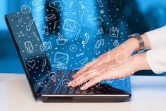 Laptop computer met hand getrokken pictogrammen en symbolen Royalty-vrije Stock Foto