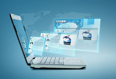 Laptop computer met nieuws op het scherm Stock Foto's