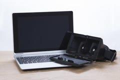 Laptop computer met open 3d VR-hoofdtelefoon Royalty-vrije Stock Afbeeldingen