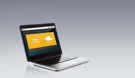 Laptop computer met weer op het scherm wordt gegoten dat Stock Foto