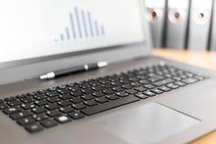 Laptop-Computer mit Diagramm auf Schirm lizenzfreie stockfotografie