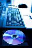 Laptop-Computer mit geöffnetem Cdtellersegment Stockbild