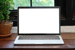 Laptop-Computer mit leerem Bildschirm für Spott herauf Schablone backgroun lizenzfreies stockbild