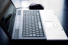 Laptop-Computer mit Maus Lizenzfreie Stockfotografie