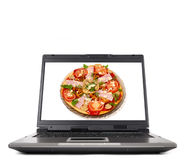 Laptop-Computer mit Pizza lizenzfreie stockfotos