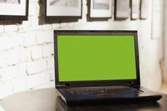 Laptop computer op lijst bij het coworking van bureauruimte Royalty-vrije Stock Foto's