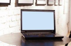 Laptop computer op lijst bij het coworking van bureauruimte Stock Afbeeldingen