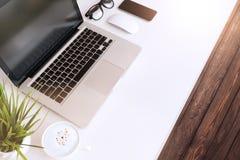 Laptop computer op lijstwerkruimte Stock Afbeeldingen