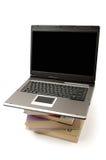 Laptop computer op stapel van boeken stock fotografie