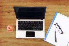 Laptop-Computer, Ordner und Apfel Stockfotos