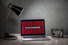 Laptop-Computer Schirm mit ransomware Angriffsalarm Stockbild