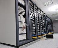 Laptop-Computer am Servernetzraum Lizenzfreie Stockfotografie