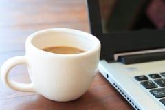 Laptop-Computer und Kaffee Lizenzfreie Stockfotos