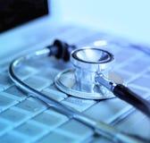 Laptop-Computer und Stethoskop stockfoto