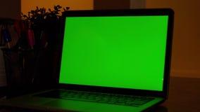 Laptop-Computer Vertretungs-grüne Farbenreinheits-Schlüsselschirm steht auf einem Schreibtisch im Wohnzimmer Im gemütlichen Wohnz stock footage