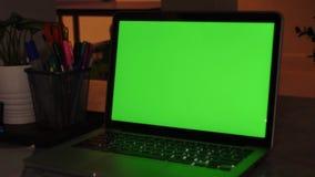 Laptop-Computer Vertretungs-grüne Farbenreinheits-Schlüsselschirm steht auf einem Schreibtisch im Wohnzimmer Im gemütlichen Wohnz stock video