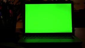 Laptop-Computer Vertretungs-grüne Farbenreinheits-Schlüsselschirm steht auf einem Schreibtisch im Wohnzimmer Im gemütlichen Wohnz stock video footage