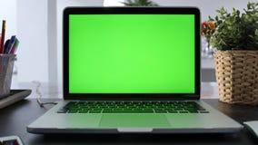 Laptop-Computer Vertretungs-grüne Farbenreinheits-Schlüsselschirm steht auf einem Schreibtisch im Wohnzimmer Im Hintergrund-gemüt stock footage