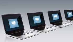 Laptop computers met e-mailberichtpictogram op het scherm royalty-vrije illustratie